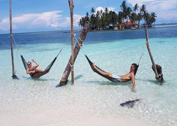 Hamacas sobre la playa de la isla Banedub Bibbi