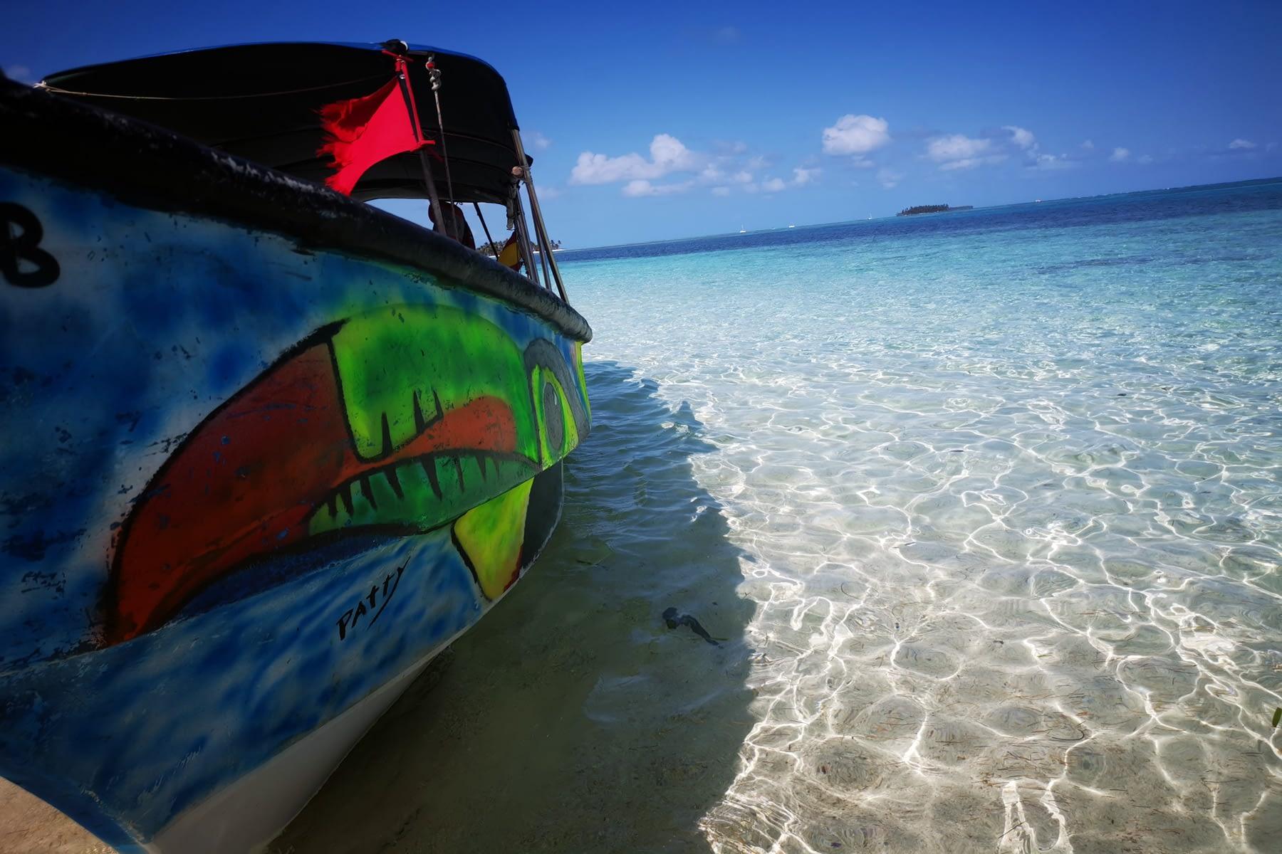 Vista del barco y la playa en la isla Masargandub