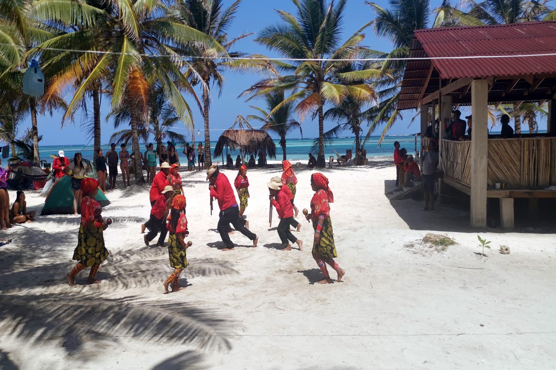 Presentación cultural en la isla Masargandub