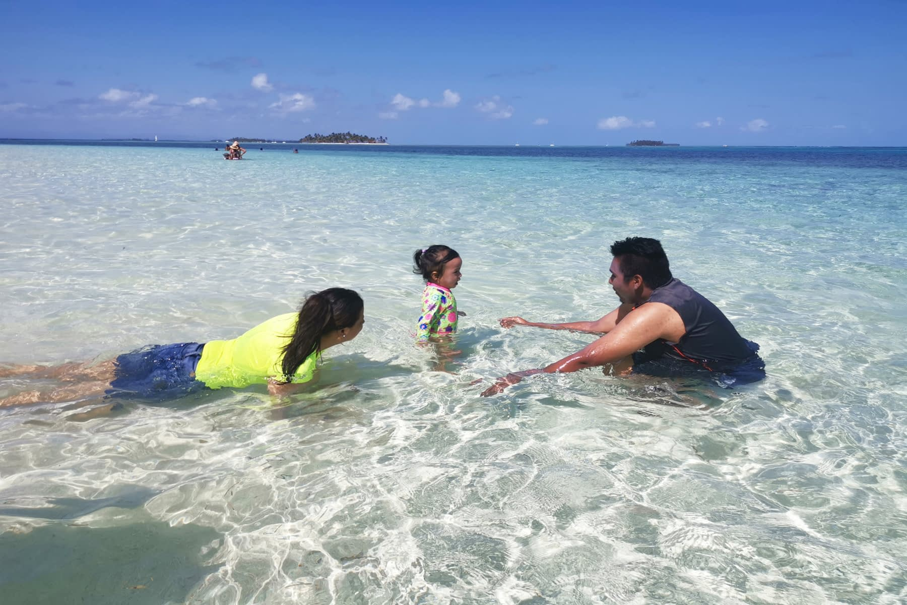 Familia disfrutando en paz y tranquilidad en la isla Masargandub