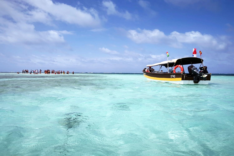 Barco sobre al Piscina Natural