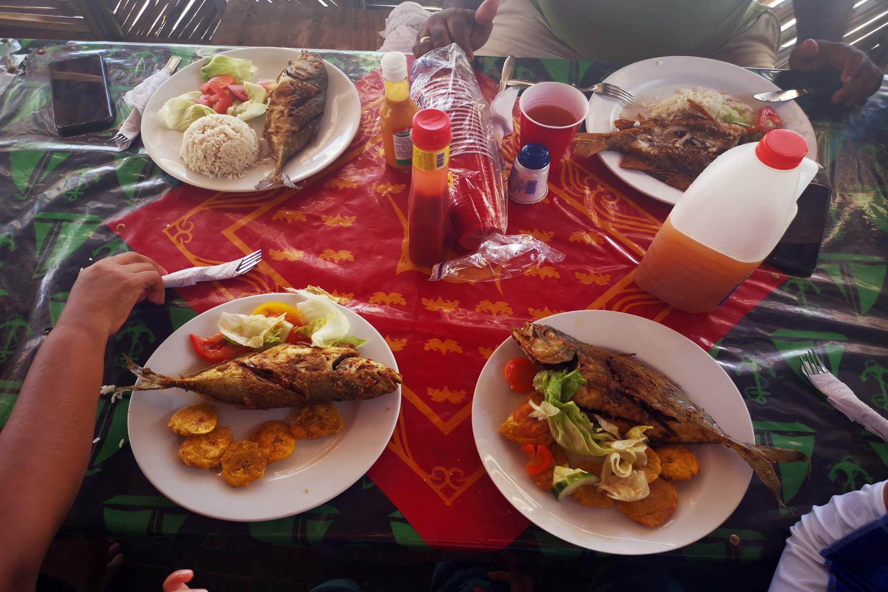 Almuerzo Pescado con Patacones en la isla Masargandub
