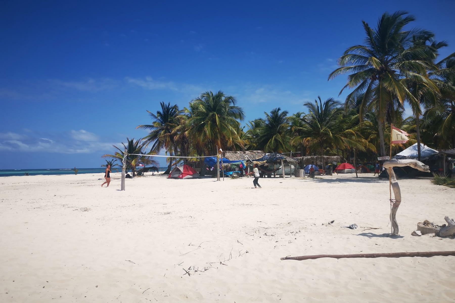 Jugando Voleiball en la playa de la isla Masargandub