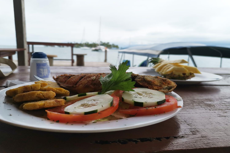Almuerzo en restaurante sobre la Playa en la isla Banedub Bibbi