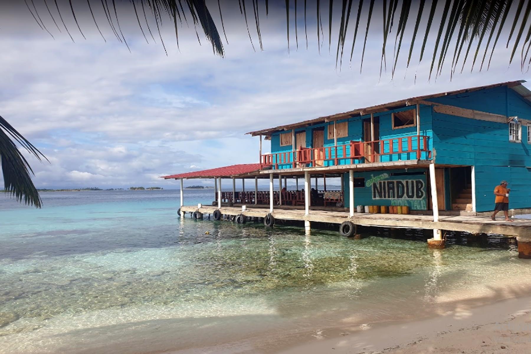 Restaurante sobre el mar en la isla Niadub