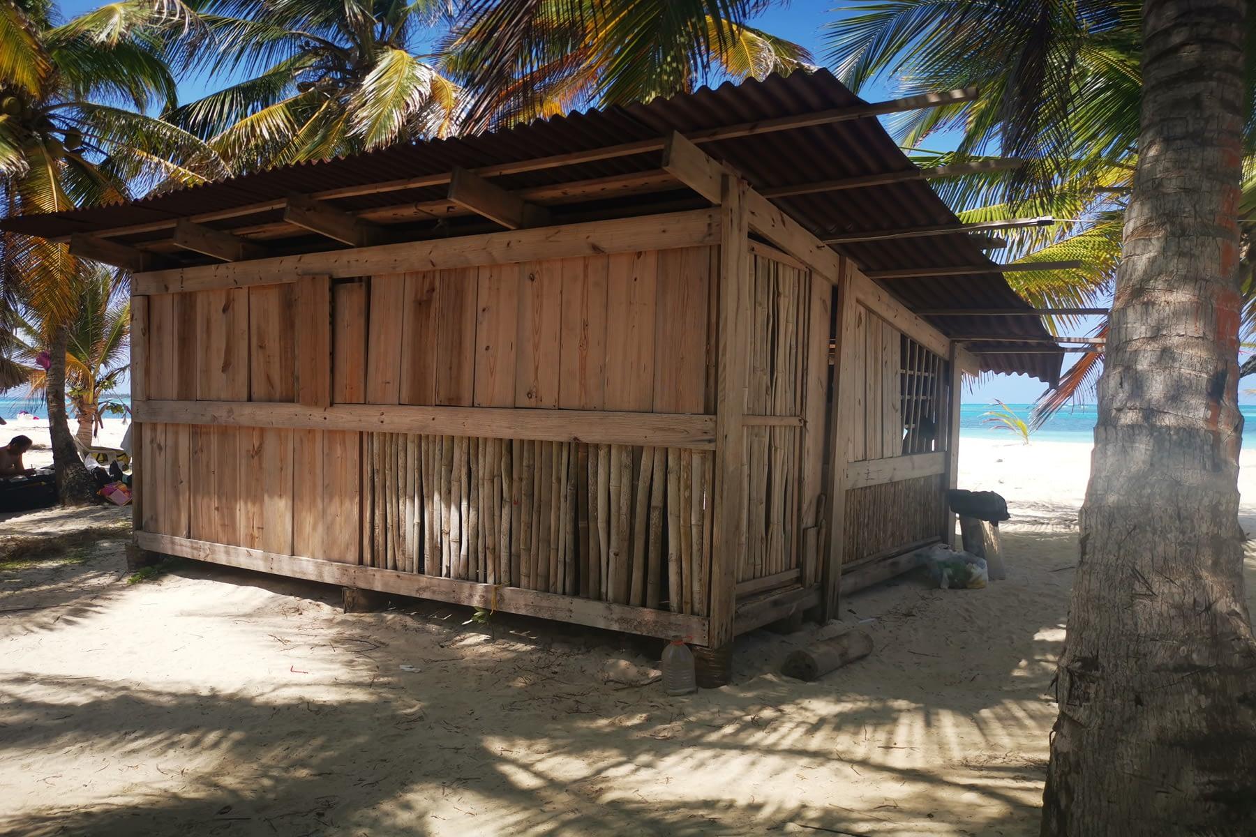 Cabaña de madera y bambú en la isla Masargandub
