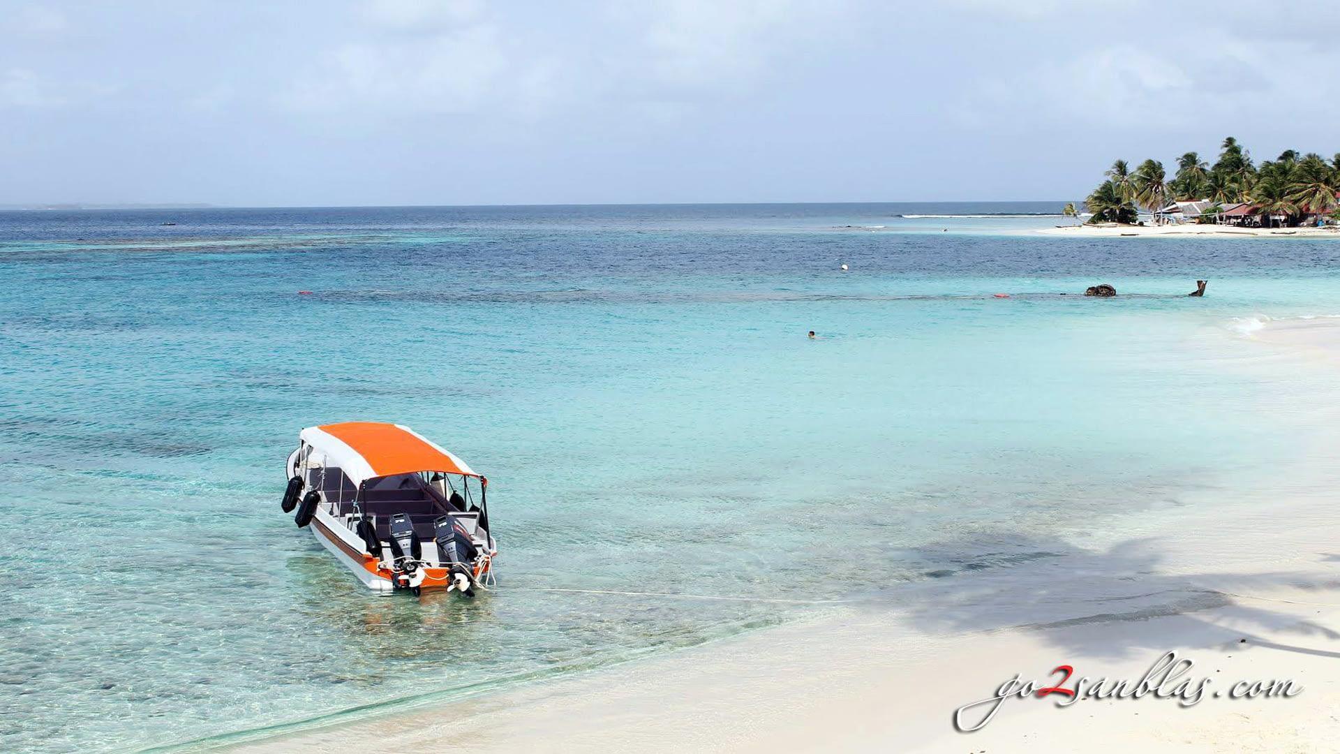 Barco anclado en la Playa de la Isla Assudub Bibbi