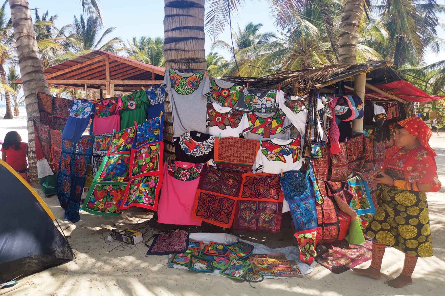 Venta de molas, prendas de vestir de los nativos Gunas en la isla Masargandub