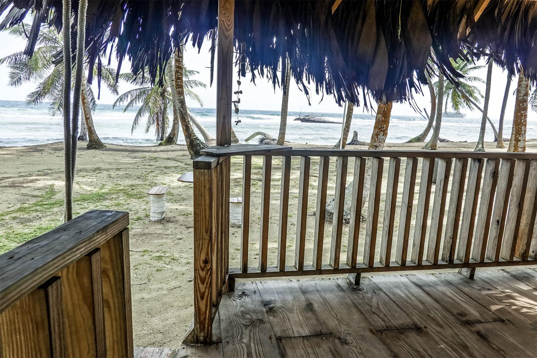 Vista desde la balcón de la cabaña en isla Iggodub
