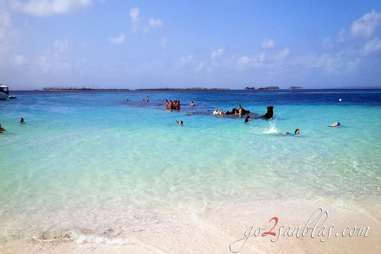 Nada junto al barco hundido en la playa de la isla Assudub Bibbi