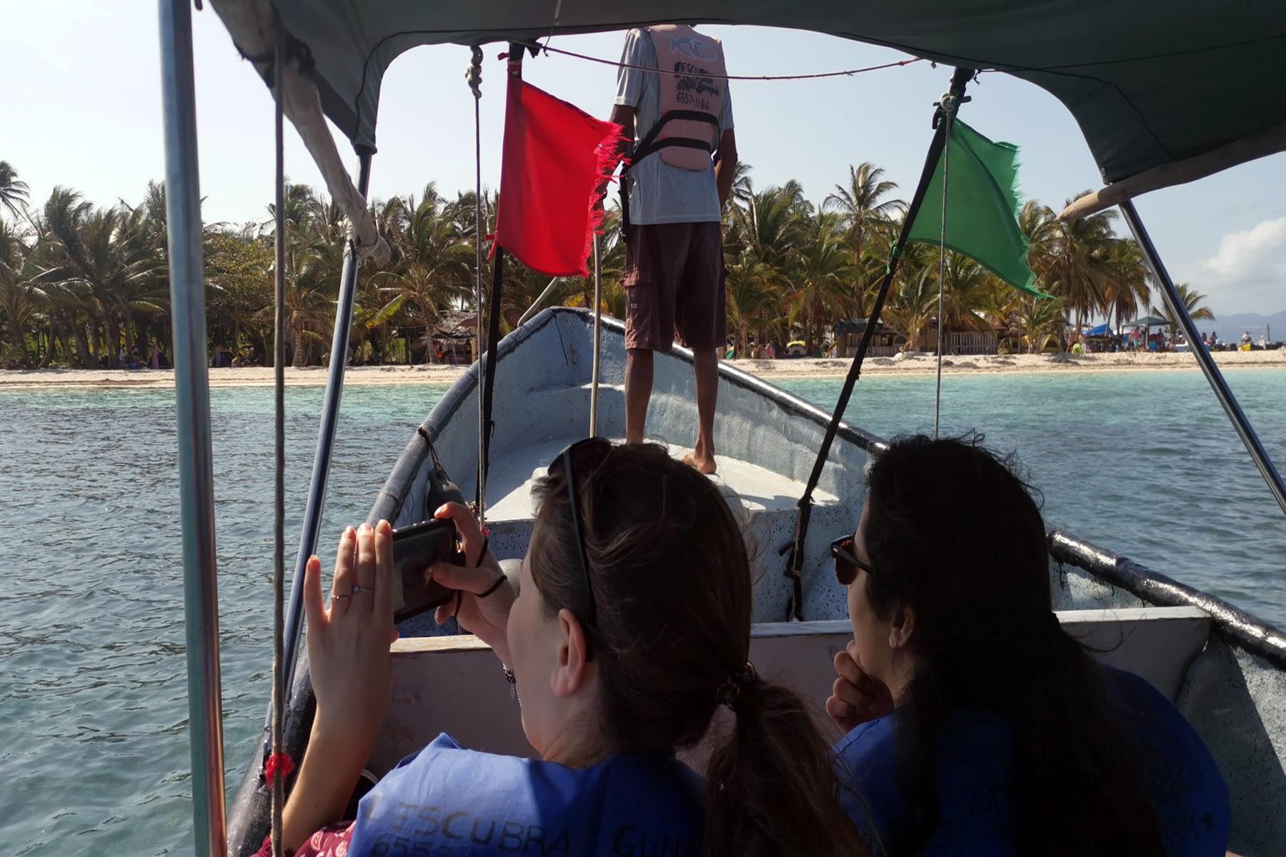 Llegando en barco a la isla Masargandub