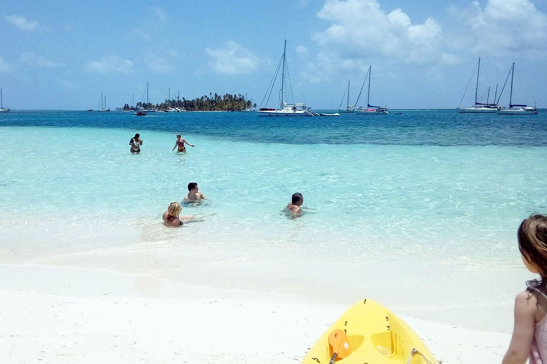 Desde España disfrutando de la playa en la isla Assudub Dummad