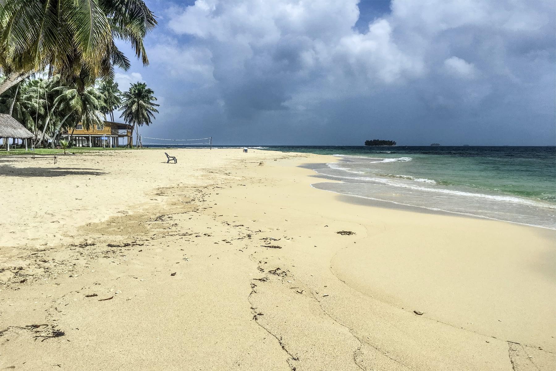 Playa en la isla Iggodub