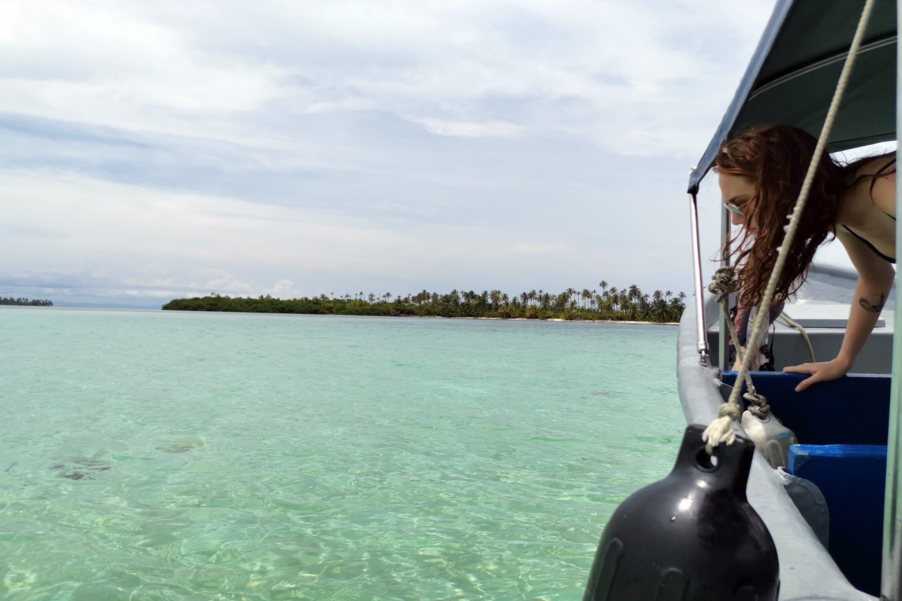 Llegando en el barco a las piscina en la isla Gaimaudubgan
