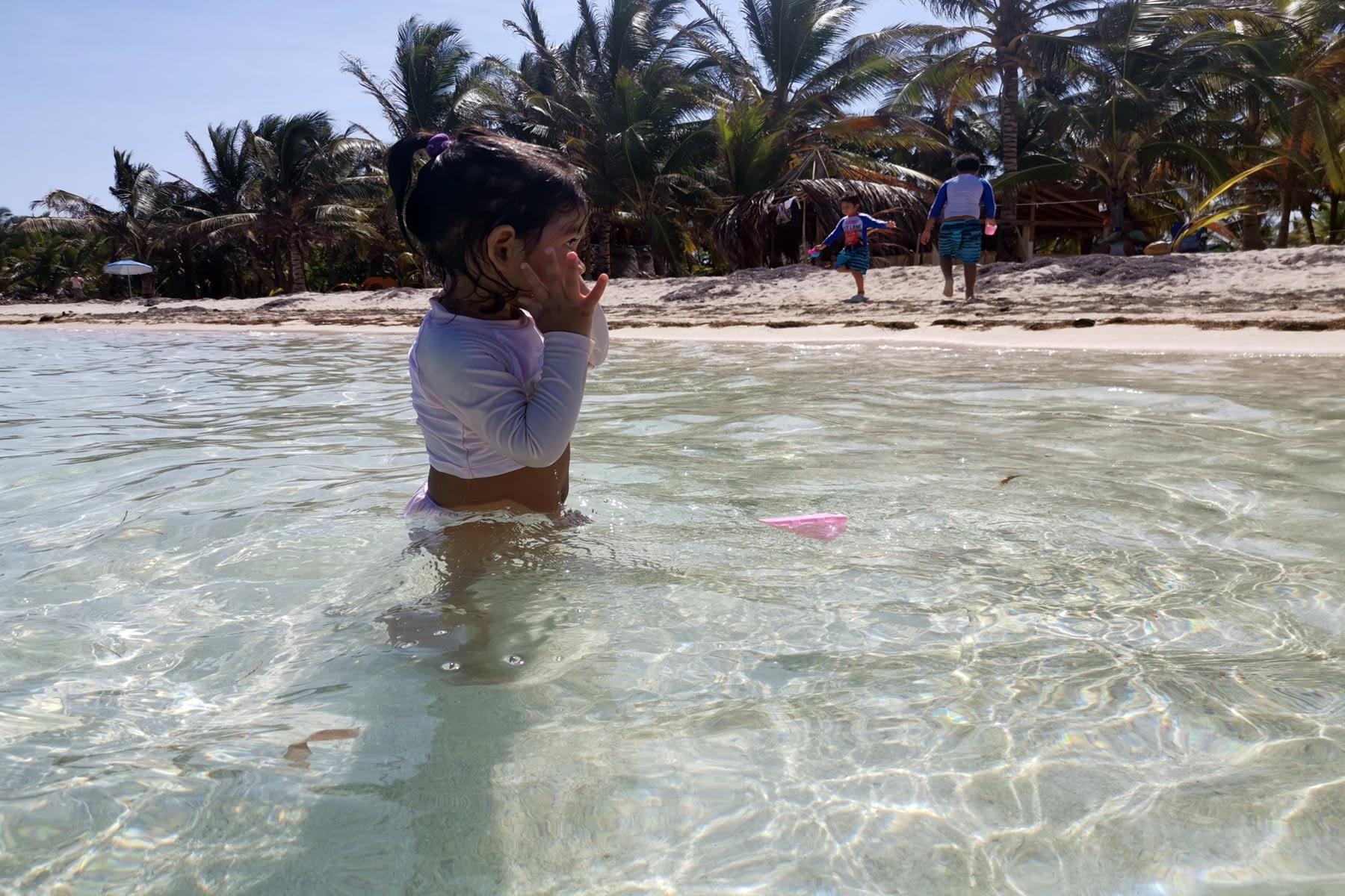 Niños disfrutando en la playa de la isla Masargandub